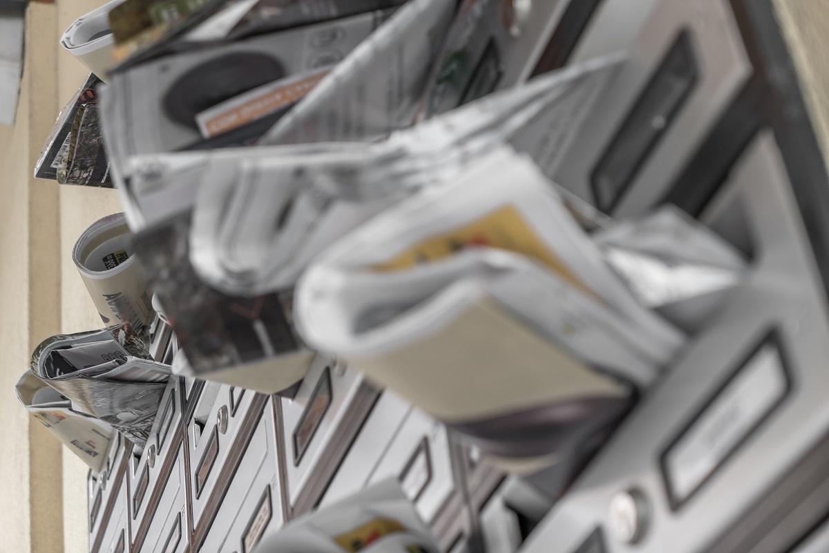 поща пълна с флайери и вестници
